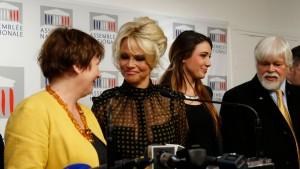 Laurence Abeille, à gauche, aux côtés de Pamela Anderson et, à droite, Paul Watson.